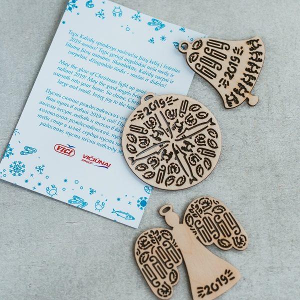 Kalėdinės verslo dovanos idėja - individualaus dizaino žaisliukai ant eglutės